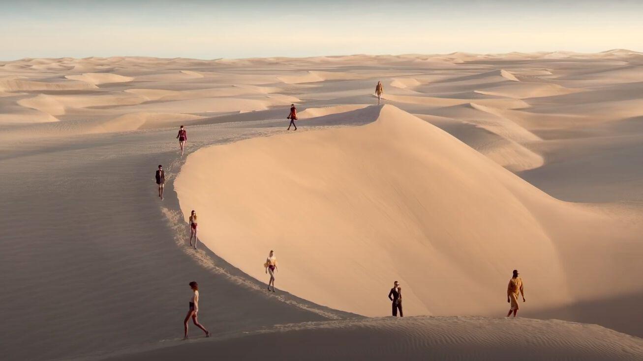 https://file1.grazia.fr/var/grazia/storage/images/1/2/6/9/1/12691318/saint-laurent-devoile-collection-ss21-dans-defile-spectaculaire-tourne-beau-milieu-desert.jpeg?alias=original